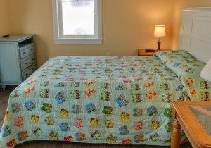 sandy-pause-bedroom-1.jpg